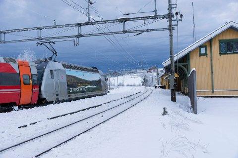 Nå kjører toget forbi Tyristrand stasjon. Men med Ringeriksbanen på plass, håper politikere i Buskerud det igjen kan bli stoppested her.