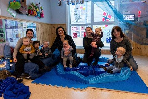 Inga-Terese Wien Haugerud, Anne Guri Ulven Larsen, Karoline Brenna og Sabine Mertens med noen av de minste barna i Tolpinrud barnehage.