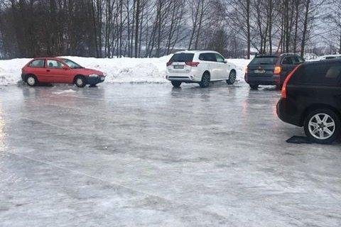 Det var speilglatt på parkeringsplassen utenfor Toso skole onsdag. Leserfoto: Tommy Andersen-Aldersjøen