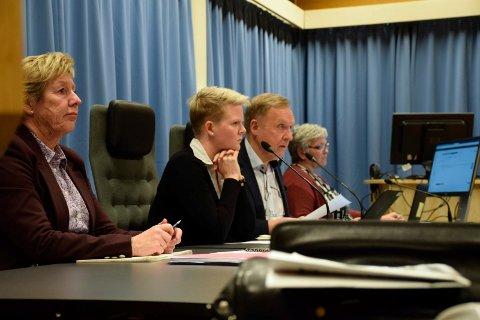 FORSVARTE: Rådmann May-Britt Nordli og ordfører Lars Magnussen (Ap) forsvarte fylkesutredningen. Varaordfører Trine-Lise Olimb og sekretær May-Britt Mayer Johnsen ved siden av.