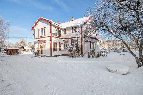 Kjøperen bladde opp 1,4 millioner mer enn prisantydningen for denne boligen i Osloveien i Hønefoss.