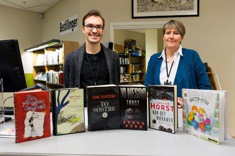 Christian Schach og Randi Landmark ved Ringerike bibliotek med noen av publikumsfavorittene fra året som gikk.