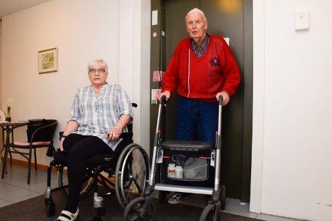 Esther Sundkvist og Nils Søhol på Vik torg har ikke kommet seg ut på egen hånd siden forrige torsdag siden heisen bak dem har vært i utand.