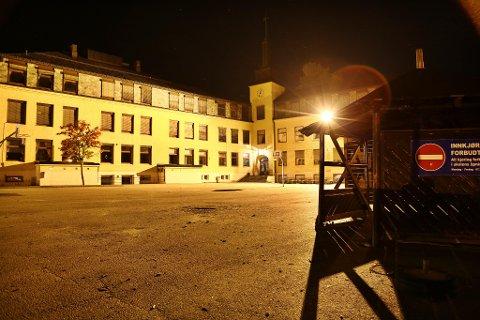 MINDREÅRIGE DRAKK ALKOHOL HER: Mandag kveld fikk politiet melding om at mindreårige drakk alkohol i skolegården til Hønefoss skole. Da politiet kom, løp de til alle kanter. Igjen lå husnøkler og mobiltelefon.