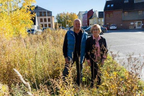 NYTT UTEOMRÅDE: Her er det gjengrodd og lite tilgjengelig i dag. Rune Stenslette og Liv Beate Rolid Hagen ser fram til å lage et nytt uteområde med benker og bord her.