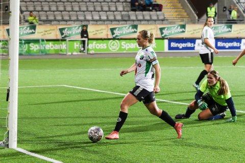 Silje Nyhagen kunne trille ballen over målstreken etter en tøff duell i boksen her fra en kamp mot Hallingdal. Lørdag scoret hun igjen.