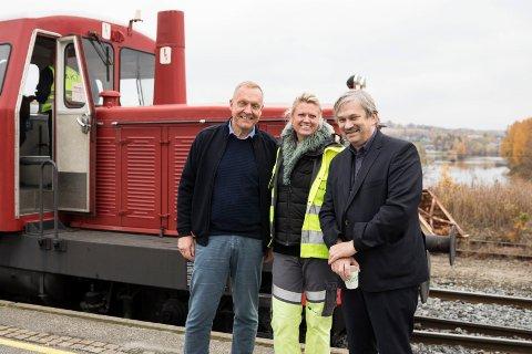 AKSE: Ordførene fra Jevnaker og Ringerike, Lars Magnussen og Kjell Hansen ser for seg en akse med Hønefoss som nav og Randsfjorden som tilbringerbane. Her med Banesjef i Banenor Øst, Guro Torpe.