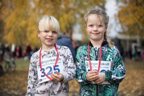 FORNØYD: Søstrene Kaia (4) og Ella (5) Barth Olsen er fornøyd  med løpet og dansen.