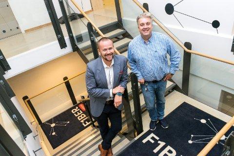 BYGGER UT: Daglig leder Jon Birger Ellingsen og markedssjef Viktor Moholdt i Fiber1 på Hvervenmoen sier at kontrakter med datasentre betyr mye for bedriften.
