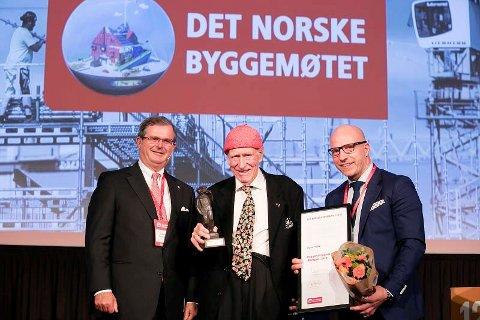 FIKK PRIS: Olav Thon fikk Byggenæringens ærespris. Utdelingen ble gjort av Carl Otto Løvenskiold og Gunnar Glavin Nybø under Det norske byggemøtet.