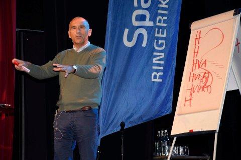 GA RÅD: Hotellinvestor Arthur Buchardt var dagens første foredragsholder på Ringerikskonferansen 2018.