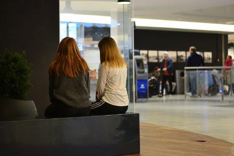 SITTEPLASSER: Både ungdom og eldre kommer til Kuben for både shopping og det sosiale.