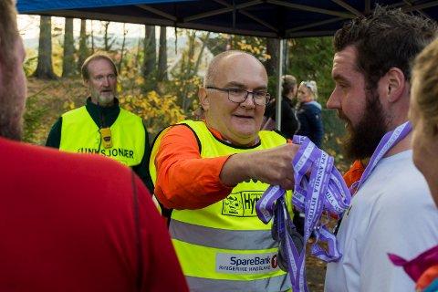 MÅTTE HENTE MEDALJER: Jon Anders Kvisgaard måtte hente inn medaljer fra funksjonærene for å få nok til alle som hadde fullført Hytteplanmila.