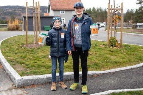 BØSSEBÆRERE: Adrian Nyhus (10) og Vemund Berger (11) skal gå sammen i boligfeltet der Adrian bor.