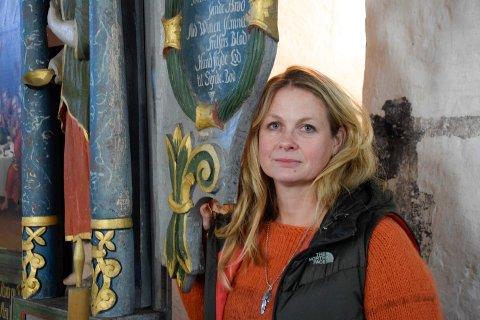 ALTERTAVLA: Maling har flasset av på altertavla i Bønsnes kirke. Den var ifølge kirkeverge Julie Ulven i god stand på 80-tallet.