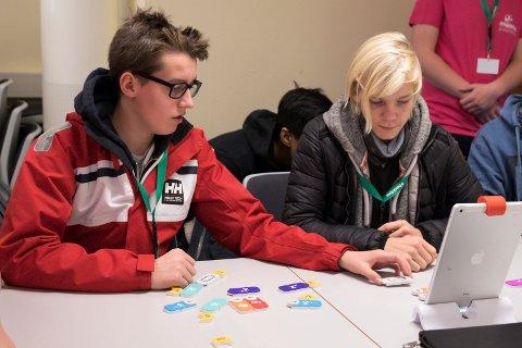 FRAMTIDEN: Magnus Maximillian Høglend-Bording (14)  og Victor Jørgensen (14) fra Veienmark ungdomsskole er oppslukt av et spill som bidrar til barn og unges teknologiforståelse.