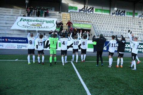 TAKKER FOR SEG: HBK-gutta takket fansen etter den siste kampen i 2. divisjon for denne gang.