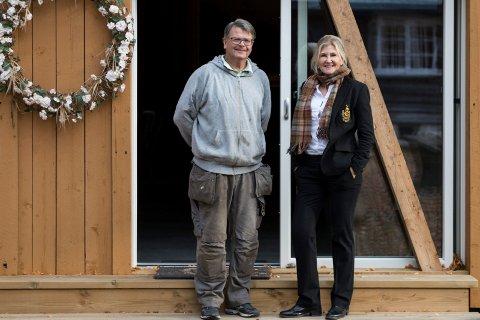 EIERE: Finn Ove Carlsen og Else Karine Pjåka Carlsen er lykkelige for at Digra gård nå igjen er inlemmet i Klækken Hotell.