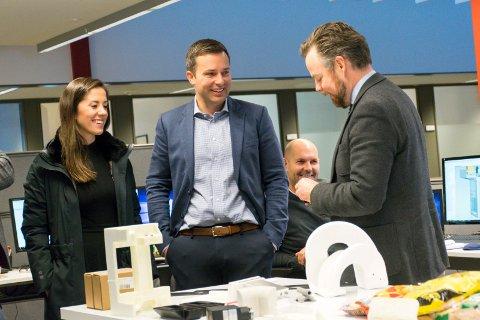 Næringsminister Torbjørn Røe Isaksen (H) besøkte Tronrud Engineering i oktober. Fra venstre politisk rådgiver Hannah Atic, Olav Tronrud og Kjell Erik Meier (i bakgrunnen).