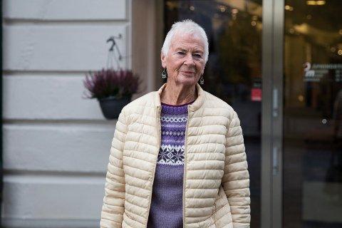 GAVEKORT: Bodil Andersen (80) synes det er leit at gavekortene til PM ikke lenger kan brukes og at det er rart siden butikken fremdeles holder åpent