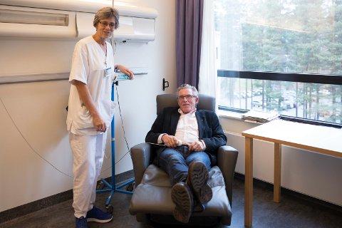 STOL: Ola Eiklid Hølen prøver en av de fire hvilestolene Ringerike sykehus fikk i gave og spesialsykepleier Elin Western forklarer hvordan den virker.