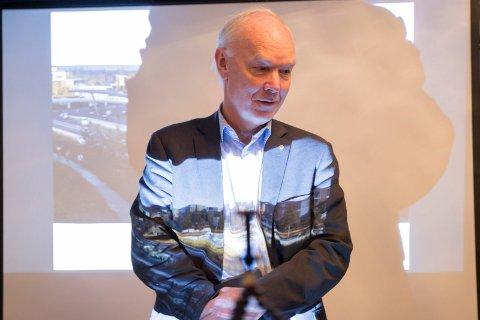 BEVAR: Stortingsrepresentant Per Olaf Lundteigen fra Senterpartiet lover å signere på bygging av veikrysset ved Helgelandsmoen, hvis Holebygda lover å ta vare på dyrket mark.