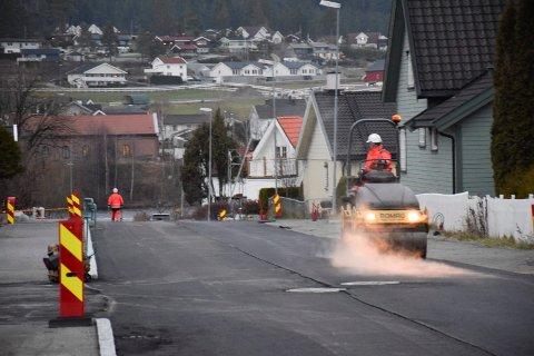 VELKOMMEN LUKT: Asfaltlukta på Nesbakken er velkommen. Sidegater til Nesgata kan også bli asfaltert.