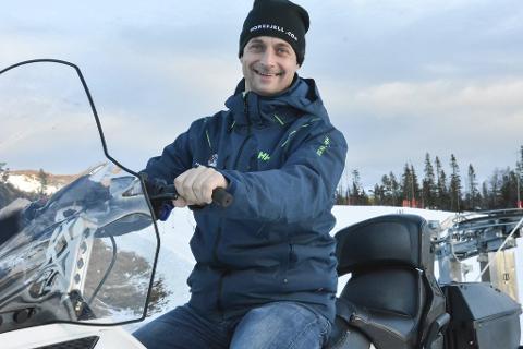 VED GODT MOT: Daglig leder Marius Arnesen ved Norefjell Skisenter sier værprognosene framover er gode og er sikker på at det blir åpning 30. november.