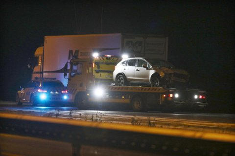 KRASJET I STOLPE: Et enslig kjøretøy havnet utfor veien på E16 i Hole. Her er bilberger i ferd med å frakte bilen bort fra ulykkesstedet.