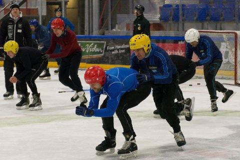 LEDERE: Adrian Gjølberg dytter Reidar Borgersen på isen i Schjongshallen. Borgersen har rikelig med erfaring fra isen, men eks-skøyteløperen er nok vant til skøyter av et litt annet slag.