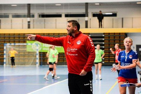 TRØBLETE OG STORTAP: HSK-trener Lasse Sandø slet med å få nok spillere mot Follo 2. I bakgrunnen Eirin Løkkemo som scoret åtte av de 14 målene.