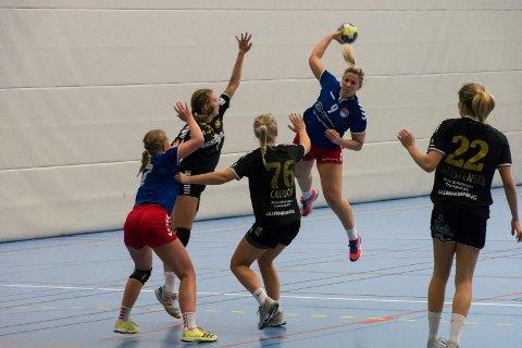 TØFF KAMP: Madeleine Brørby Fivelsdal og resten av HSK-laget slet med angrepsspillet mot Aker.