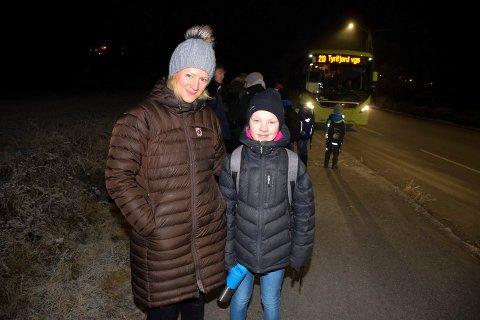 KRAV PÅ SKYSS: Lotta Støa bor fire kilometer fra Røyse skole og har krav på skoleskyss, men med gang- og sykkelvei kunne barna ha syklet mye mer, påpeker Hege Andersen Hæhre.
