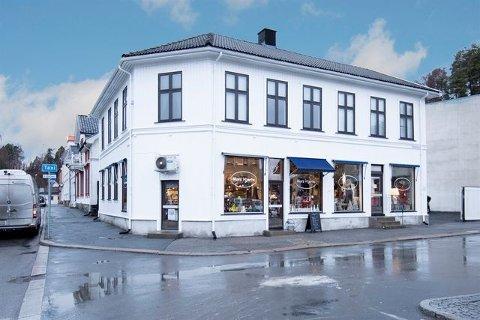 TIL SALGS: Bygården med adresse Nordre Torv 6 ble oppført i 1881, og har huset byens første varemagasin.