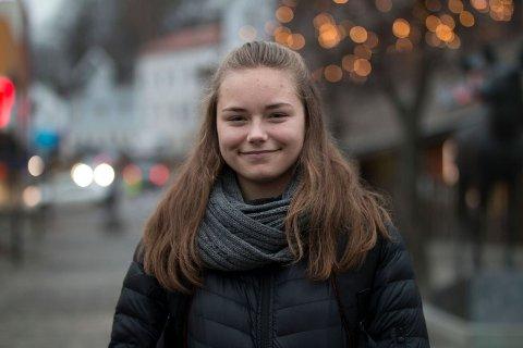 MILJØBEVISST: Charlotte Vedhus Slettebakken (15) mener resirkulering må bli en vane for oss når vi skal kaste søppel.