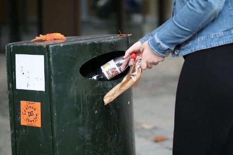 OFFENTLIG KILDESORTERING: Charlotte Vedhus Slettebakken (15) håper det blir enklere å resirkulere søppel når man er på offentlige steder.