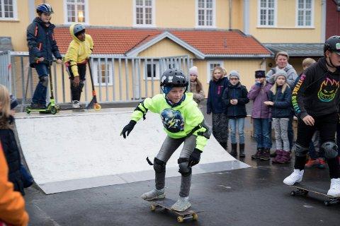 RAMPE: Ny skaterampe på Vang skole og elev Aslak Eikenes (11) demonstrer bruken.