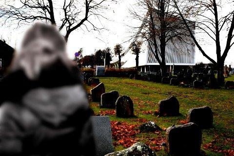 KONTROLL?: En kvinne lurer på om kirken har kontroll på gravlegater som ble opprettet før 2000-tallet. Ja, det har vi, mener Ringerike kirkelige fellesråd.