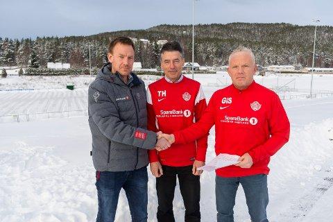 NY AVTALE: Kjetil Aasen i Sparebank 1 Jevnaker Lunner Nittedal kan ta Geir Ivar Sæthren i hånda på ny, treårig sponsoravtale. Tor Haug (i midten) er glad for å ha avtalen på plass.