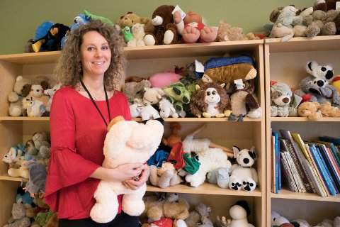KOSEDYR: Senterleder Miriam Rasch med bamser og andre kosedyr som har barn donert til Ringerike krise- og kompetansesenter. De er vasket og klar for mer kos.