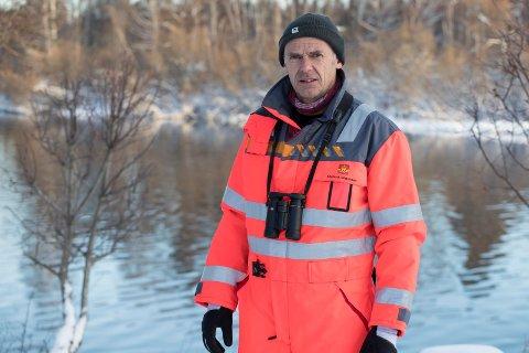 MÆLINGEN: Frode Nordang Bye fra Statens Vegvesen skal telle vannfugl ukentlig ved Mælingen for å se om de påvirkes av anleggstøy.