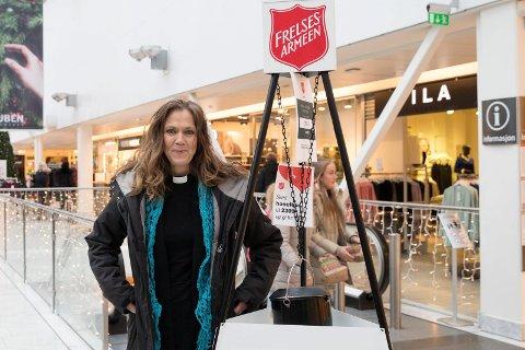 VAKT: Prost Kristin Moen Saxegaard skal to ganger før jul passe julegryten til Frelsesarmeen. Hun er glad hun kan være inn og ikke fryse.