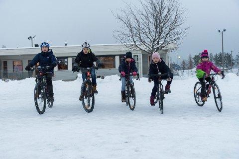 VANSKELIG PÅ SNØ: Føret var ikke helt ideelt for sykling denne dagen, men Henrik, Theodor, Marie, Emilie og Eira sykler mye når snøen er borte!