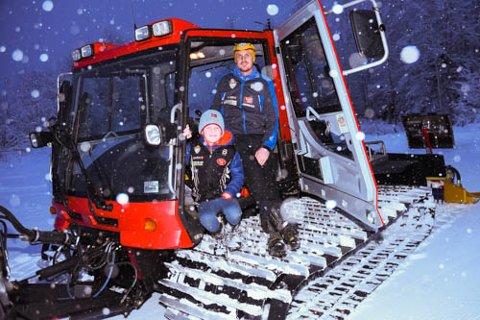 LOVER FLOTTE LØYPER: Rune Kristiansen i Soknedalen IL har med seg sønnen Sander (7) i tråkkemaskinen og lager supre løyper til jul.