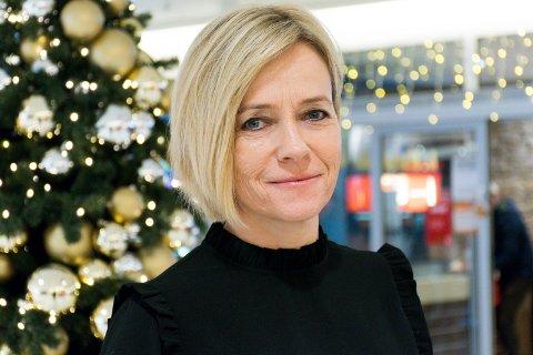 FORDELER: Senterleder ved Kuben kjøpesenter Anne Trine Høibakk sier at fordelen med salg er at kunden får varen billigere.
