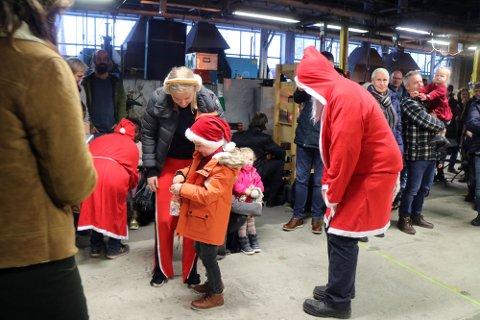 NISSEN KOM: Julenissen tok også turen innom juletrefesten på Hadeland glassverk fredag.
