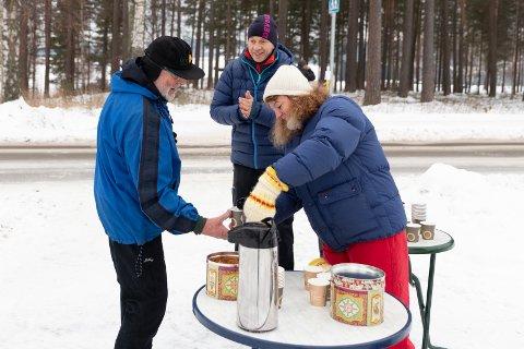 I FJOR: Torgeir Kroken har gått Ribbemarsjen sju eller åtte ganger og synes det er en fin tradisjon. Her serveres han varm drikke og pepperkaker av Juha og Aud Kjersti Viena.