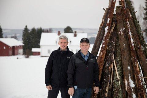 VARDEBYGGERLAUGET: Olav Sletbakk og Jan Frantzen skal brenne varde for 20. gang på Aasenjordet ved Veienmarka Kulturminnepark.