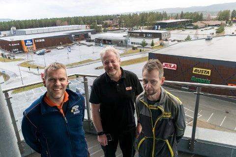 VOKSER: Varehussjefene Vidar Antonsen i Obs Bygg, Runar Johansen i Jula og Frode Aasland i Rusta øker omsetningen i år. Og snart får de fire nye butikk-naboer på Hvervenmoen.