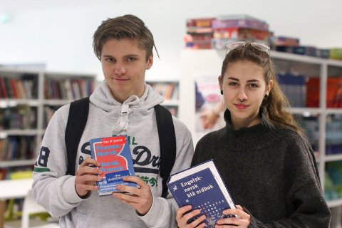 Iben Bang (17) og Ania Kvitka (18) snakker om fremmedspråkene man må ha på skolen.